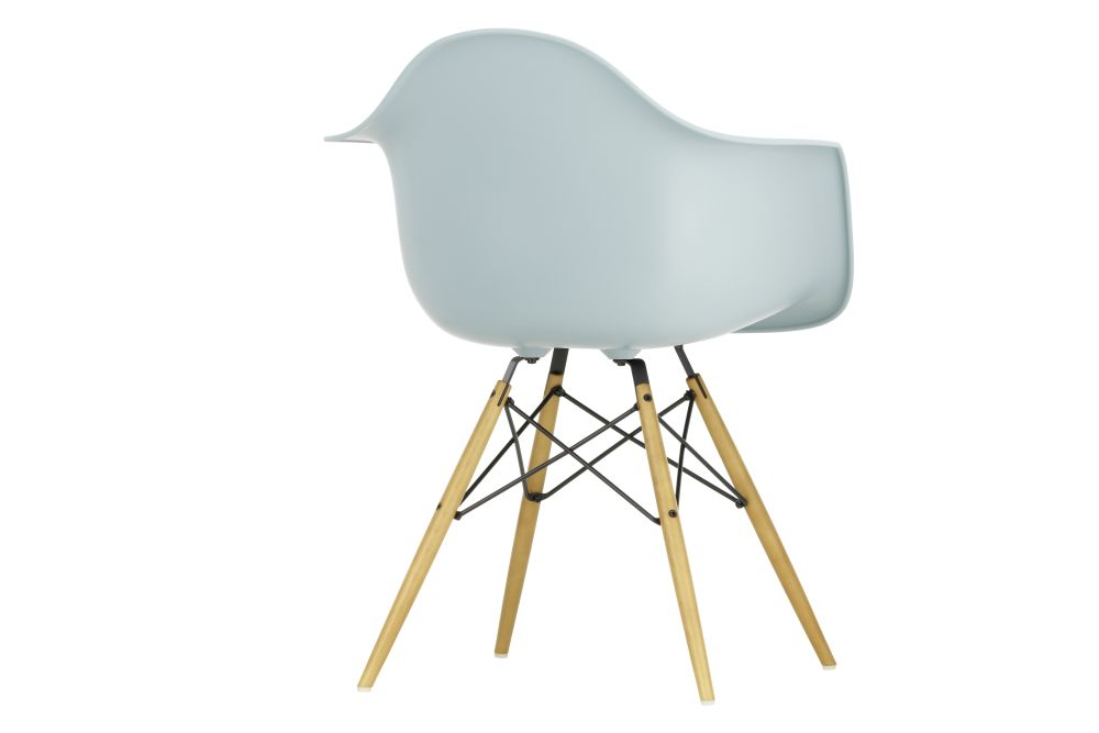 https://res.cloudinary.com/clippings/image/upload/t_big/dpr_auto,f_auto,w_auto/v1565357640/products/daw-armchair-vitra-charles-ray-eames-clippings-11282661.jpg