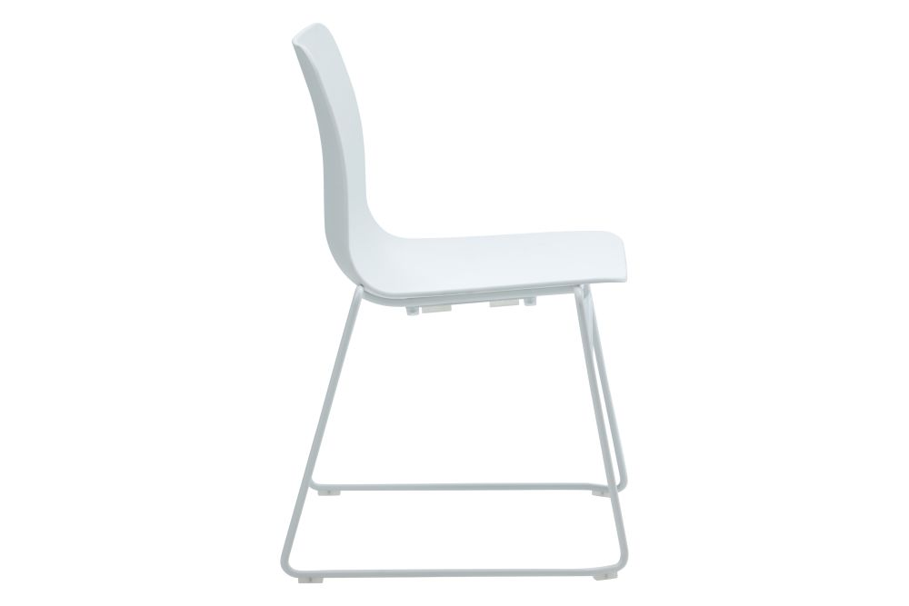https://res.cloudinary.com/clippings/image/upload/t_big/dpr_auto,f_auto,w_auto/v1568802830/products/polly-chair-with-sled-base-naughtone-clippings-11302406.jpg
