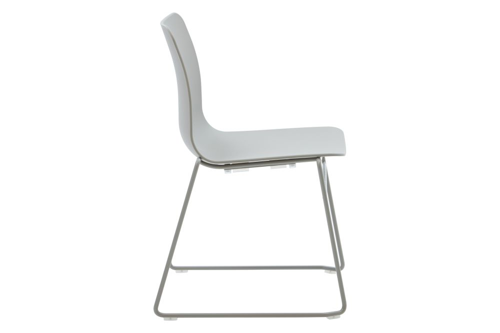 https://res.cloudinary.com/clippings/image/upload/t_big/dpr_auto,f_auto,w_auto/v1568802842/products/polly-chair-with-sled-base-naughtone-clippings-11302417.jpg