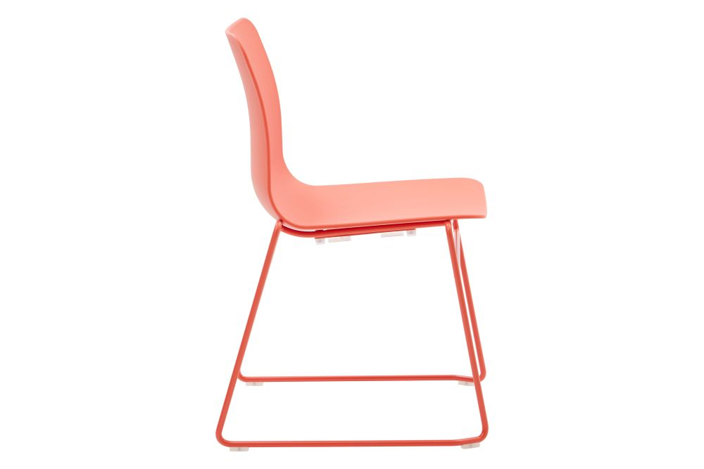 https://res.cloudinary.com/clippings/image/upload/t_big/dpr_auto,f_auto,w_auto/v1568802847/products/polly-chair-with-sled-base-naughtone-clippings-11302424.jpg