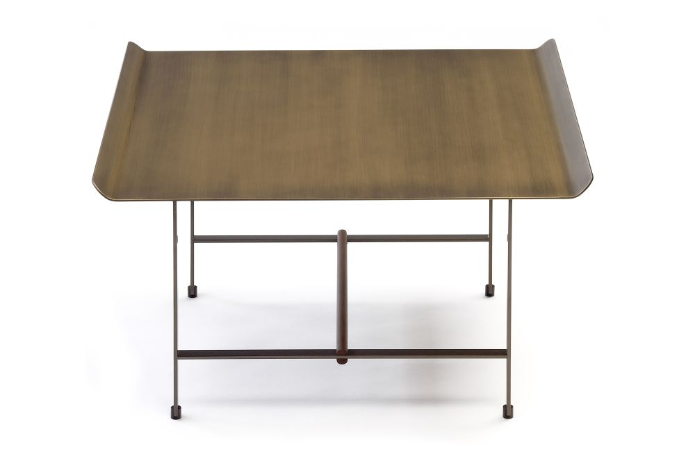 https://res.cloudinary.com/clippings/image/upload/t_big/dpr_auto,f_auto,w_auto/v1570606101/products/sisters-square-coffee-table-bronze-lacquered-metal-solid-walnut-bronze-patinated-metal-coedition-patricia-urquiola-clippings-11314283.jpg