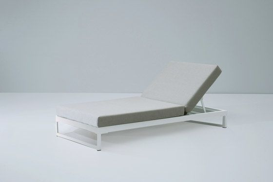 https://res.cloudinary.com/clippings/image/upload/t_big/dpr_auto,f_auto,w_auto/v2/product_bases/landscape-lounger-with-5-position-by-kettal-kettal-clippings-4353512.jpg