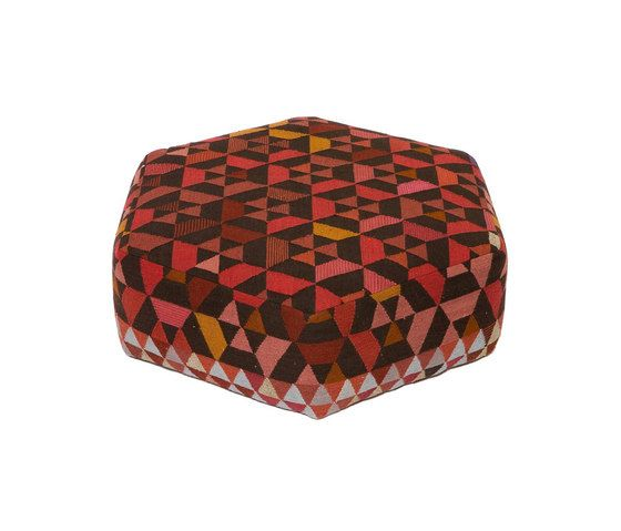 https://res.cloudinary.com/clippings/image/upload/t_big/dpr_auto,f_auto,w_auto/v2/product_bases/triangles-pouf-trianglehex-strawberry-low-by-golran-1898-golran-1898-bertjan-pot-clippings-4492862.jpg