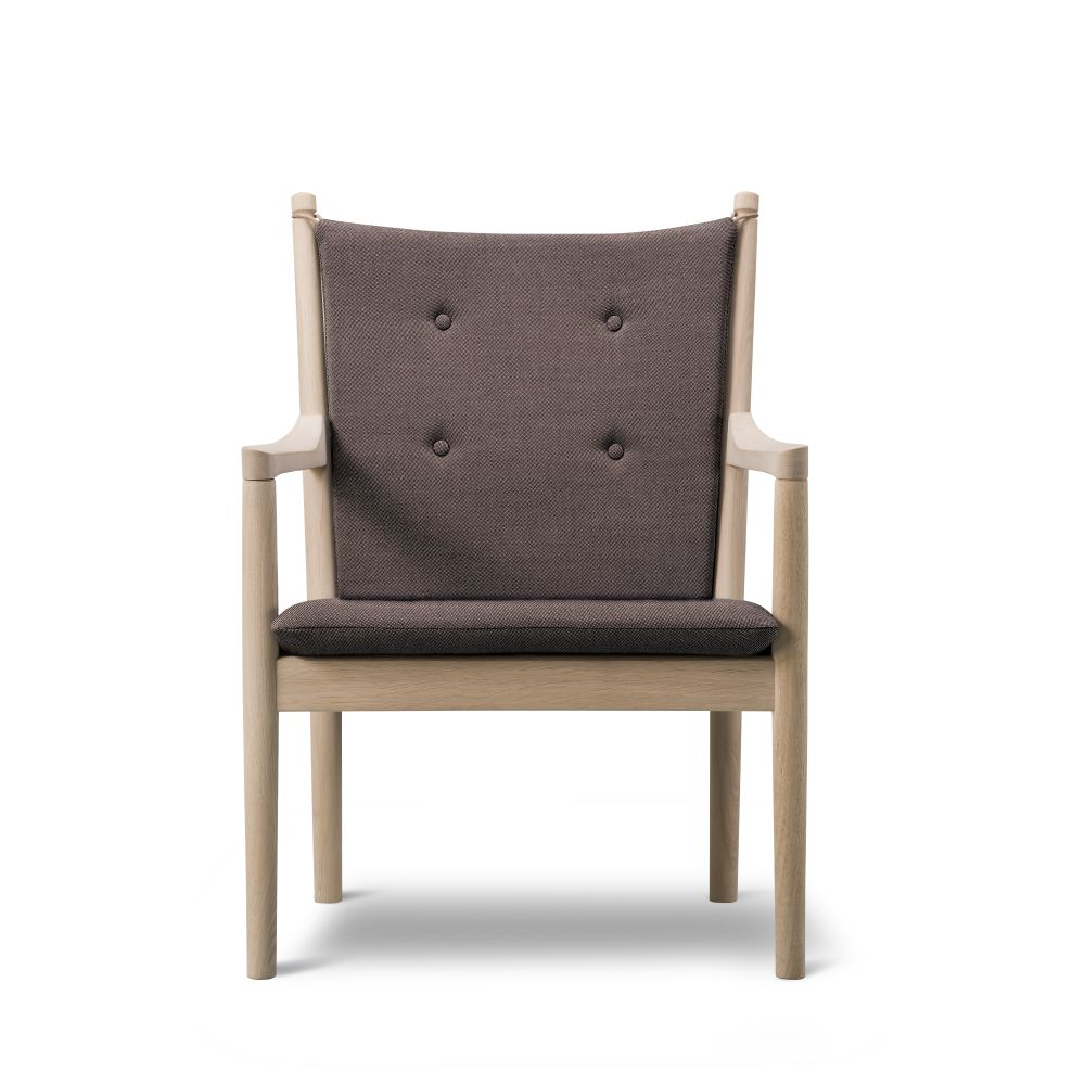 https://res.cloudinary.com/clippings/image/upload/t_big/dpr_auto,f_auto,w_auto/v2/products/1788-lounge-chair-without-buttons-beech-lacquered-remix-2-113-fredericia-hans-j-wegner-clippings-9431031.jpg