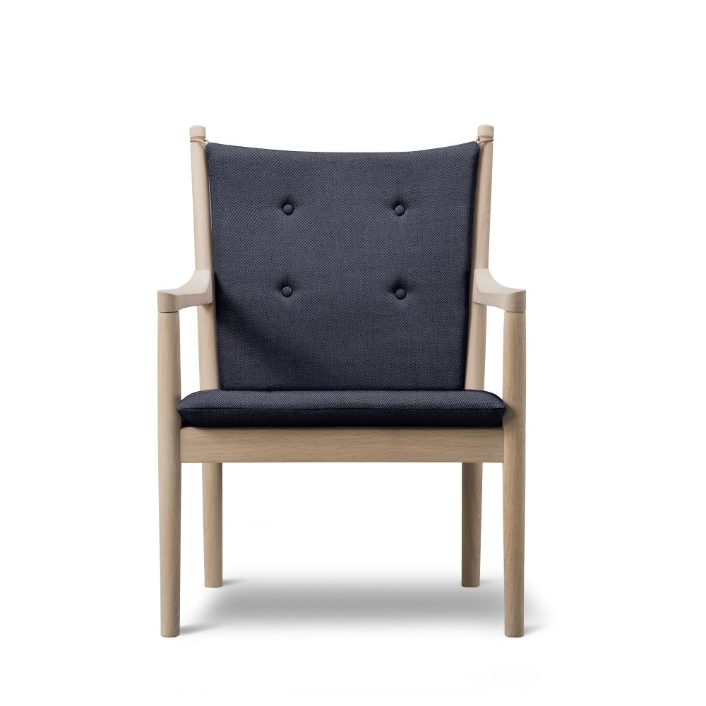 https://res.cloudinary.com/clippings/image/upload/t_big/dpr_auto,f_auto,w_auto/v2/products/1788-lounge-chair-without-buttons-beech-lacquered-remix-2-113-fredericia-hans-j-wegner-clippings-9431051.jpg