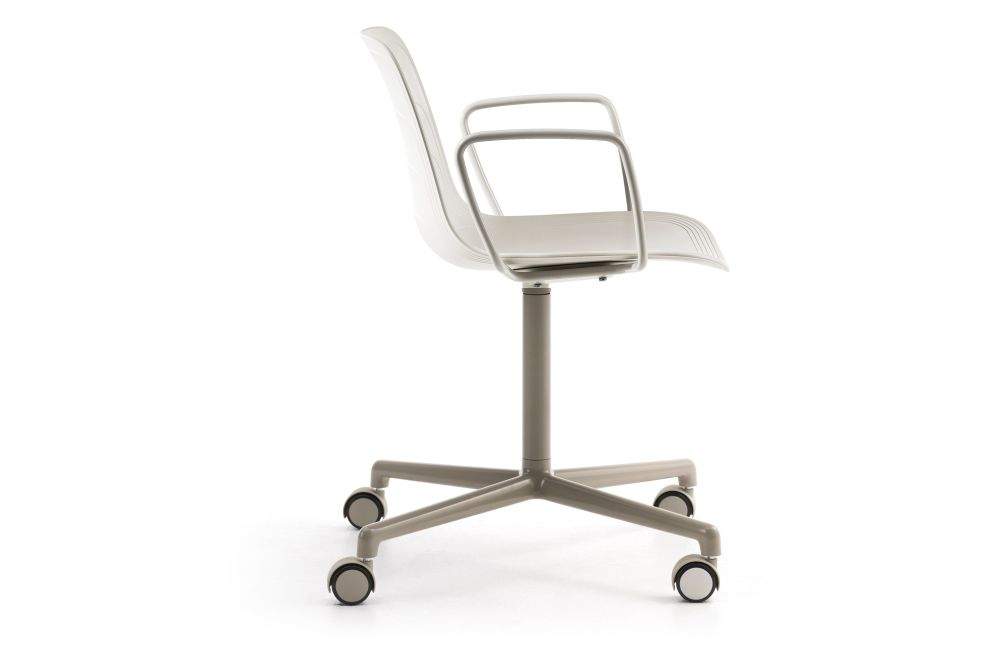 https://res.cloudinary.com/clippings/image/upload/t_big/dpr_auto,f_auto,w_auto/v2/products/grade-swivel-armchair-4-star-base-on-castors-whitegrey-895-ral-9002-lammhults-johannes-foersom-peter-hiort-lorenzen-clippings-11161102.jpg
