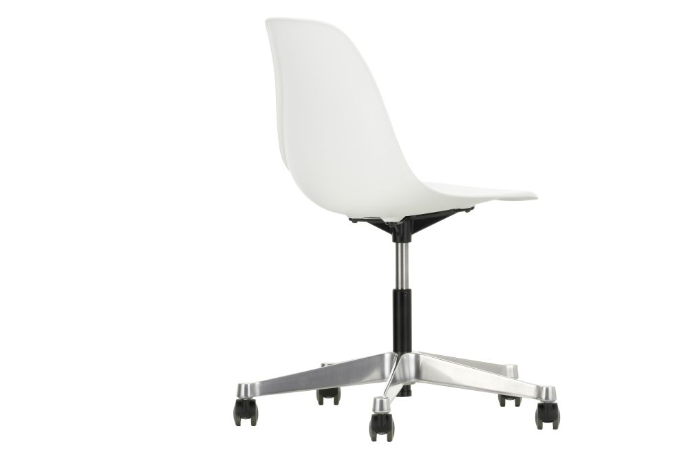 https://res.cloudinary.com/clippings/image/upload/t_big/dpr_auto,f_auto,w_auto/v2/products/pscc-eames-plastic-side-chair-02-castors-hard-braked-for-carpet-04-white-vitra-clippings-11244819.jpg