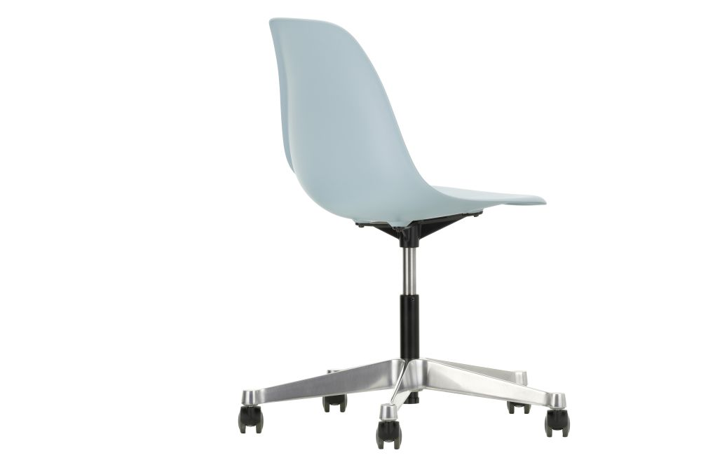 https://res.cloudinary.com/clippings/image/upload/t_big/dpr_auto,f_auto,w_auto/v2/products/pscc-eames-plastic-side-chair-02-castors-hard-braked-for-carpet-23-ice-grey-vitra-clippings-11244823.jpg