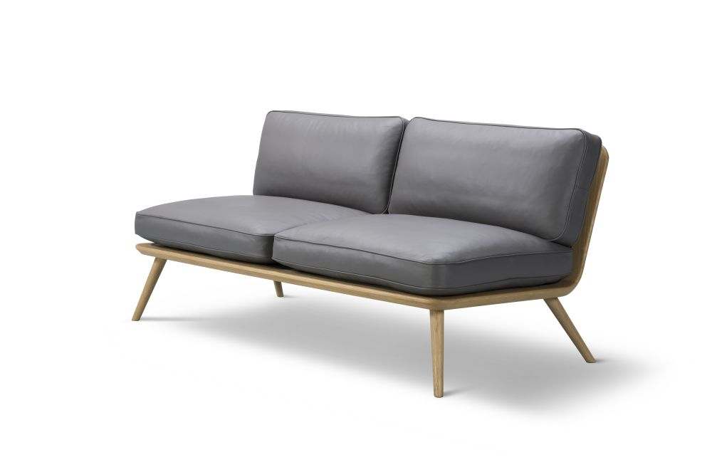 https://res.cloudinary.com/clippings/image/upload/t_big/dpr_auto,f_auto,w_auto/v2/products/spine-lounge-sofa-2-seater-oak-lacquered-remix-2-133-fredericia-space-copenhagen-clippings-10033941.jpg