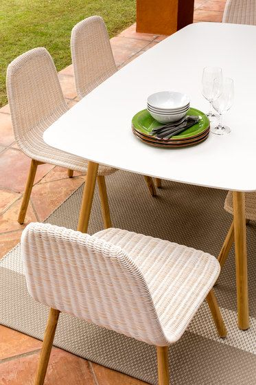 Round Dining table by Point by Point