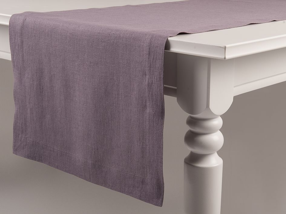 Light purple linen table runner by Lovely Home Idea