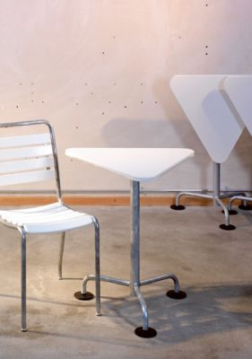 The triangular garden table by Atelier Alinea