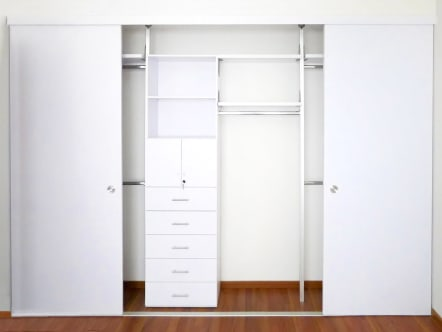Closet económico color blanco con puertas corredizas.