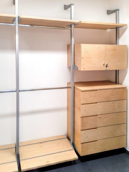 Closet de lujo abierto de madera de maple.