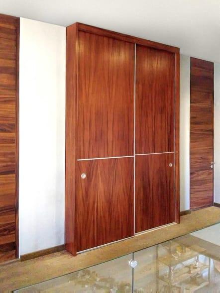 Closet con puertas corredizas en madera de Parota.