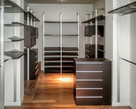Closet vestidor de lujo en madera color chocolate.