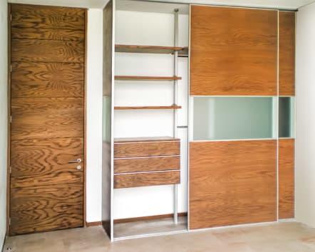 Closet de madera de encino con cristal al centro.