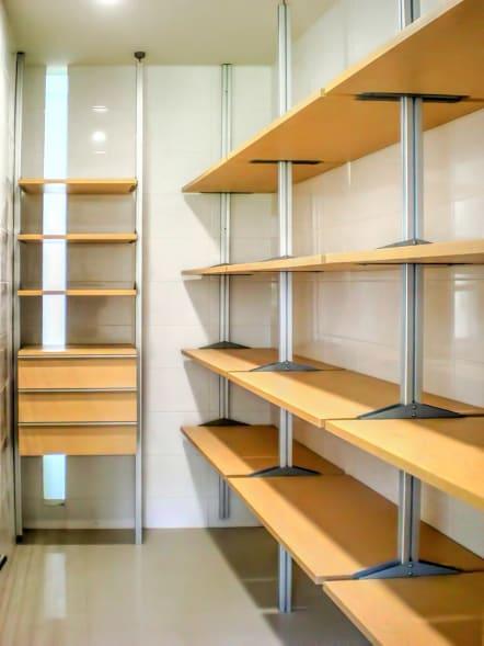 Closet modular de lujo con 4 niveles de entrepaños.