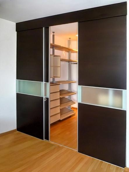 Closet vestidor color maple y puertas color chocolate.