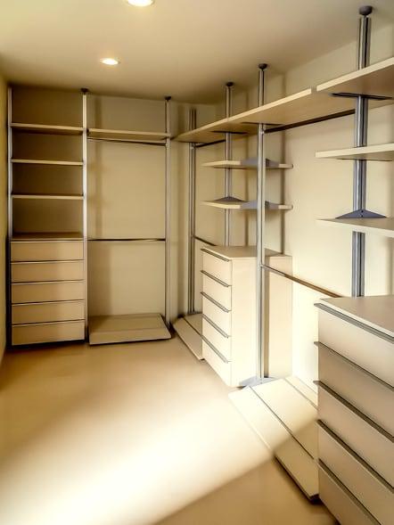 Closet vestidor de lujo en madera de Haya color claro.