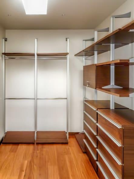 Closet vestidor de lujo hecho de madera de nogal.