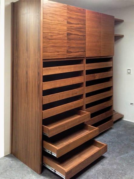 Closet minimalista con zapateras extraíbles.