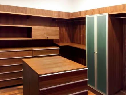 Closet vestidor minimalista con armario para bolsos.