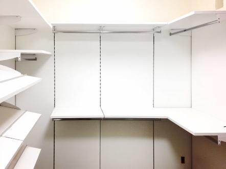 Closet vestidor minimalista de laminado color blanco.