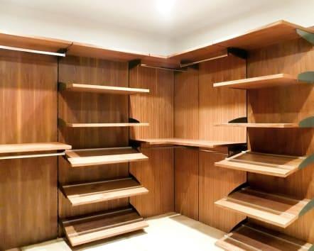 Vestidor minimalista de madera de nogal natural.