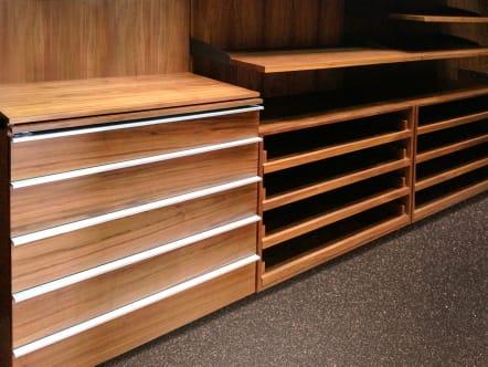 Clsoet vestidor minimalista de madera de nogal ingles.