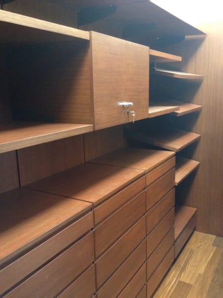 Vestidor minimalista fabricado en madera de teka.