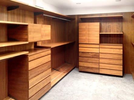 Closet vestidor minimalista de madera de nogal natural.