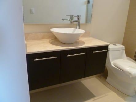 Mueble de baño con ovalin y triple toallero.