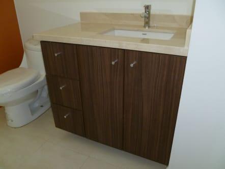 Mueble de baño de madera de nogal ingles.