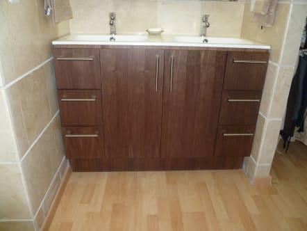 Mueble de baño en madera de Wenge color chocolate.