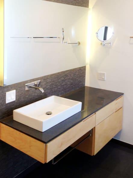 Mueble de baño modular con cubierta de granito.