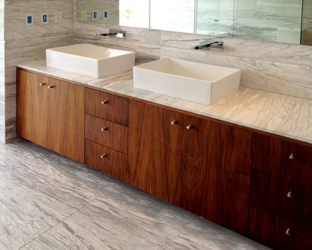 Mueble de baño modular de madera con doble lavabo.