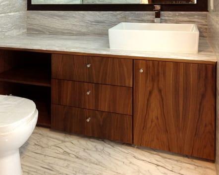 Mueble para baño de madera de nogal ingles.
