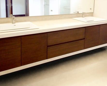 Mueble para baño largo en madera de color chocolate.