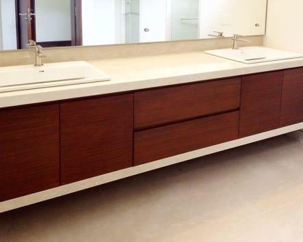 Mueble para baño modular doble fabricado en madera.