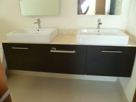 Muebles de baño con doble lavabo.