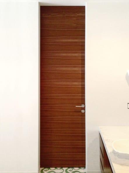 Puerta para baño angosta de madera teka