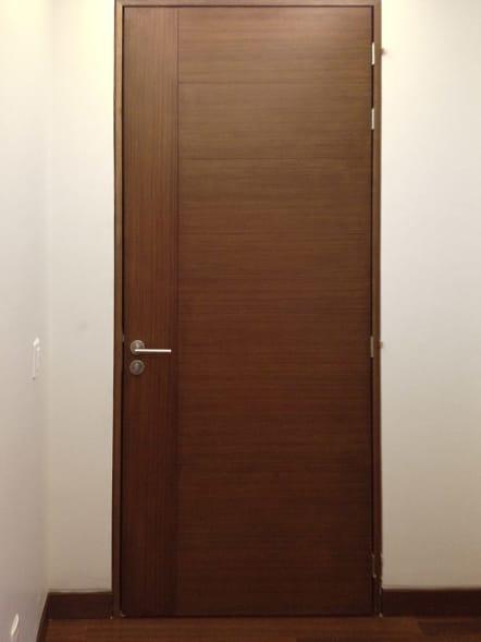 Puerta interior de madera nogal ingles.