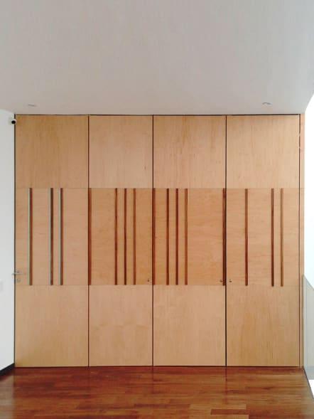 Puertas para interiores corredizas de madera color haya.