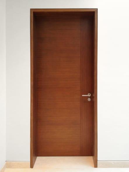 Puerta de madera de teka para interior.