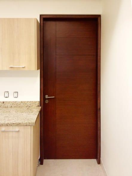 Puerta para interior de madera color pera.