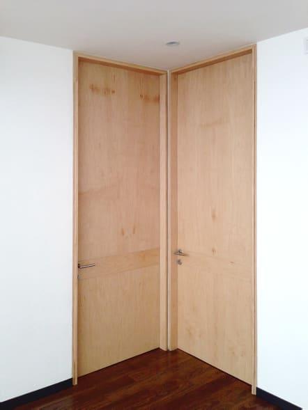 Puertas para interiores hechas de madera de color natural.