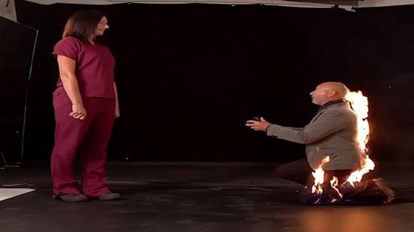 पहले प्रेमी ने अपने बदन में लगाई आग, फिर घुटने पर बैठ कर बोला- आई लव यू