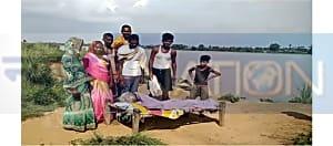 बिहार में स्वास्थ्य सुविधाओं का है बुरा हाल, खटिया पर लादकर मरीज को ले जाते हैं अस्पताल