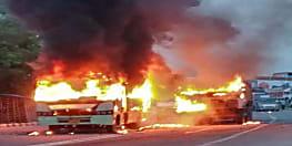 बेलगाम ट्रक ने युवक को कुचला, मौत से आक्रोशित लोगों ने कई गाड़ियों में लगायी आग, जमकर हो रहा बवाल